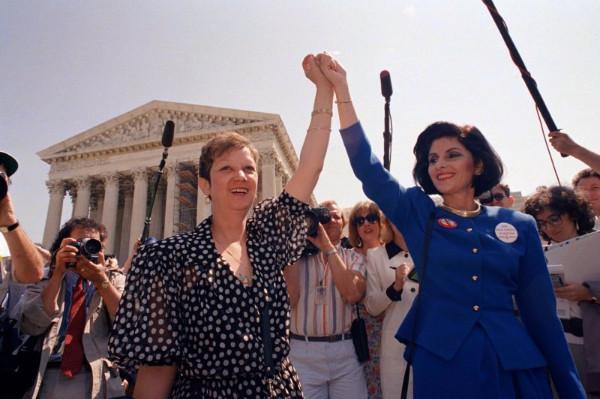 麥科維女士(Norma McCorvey左)早年成為爭取墮胎權的先驅,晚年卻轉為支持反墮胎(AP)2.jpg