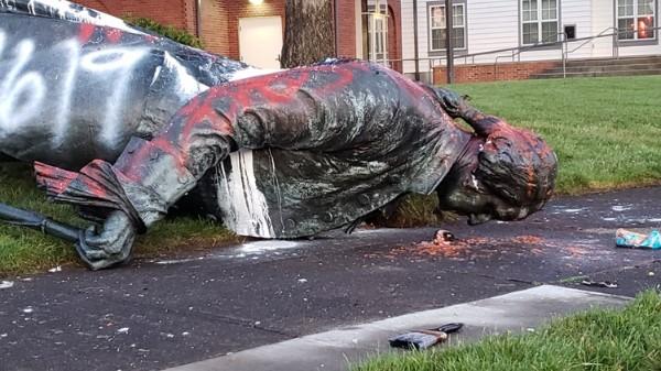 """美国文革""""破四旧""""——俄勒冈州府波特兰的华盛顿雕像被推倒.jpg"""