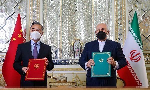 王毅和伊朗外长扎里夫签署25年合作协议.jpg