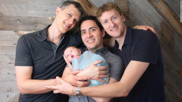 三个爸爸一个婴儿.jpg