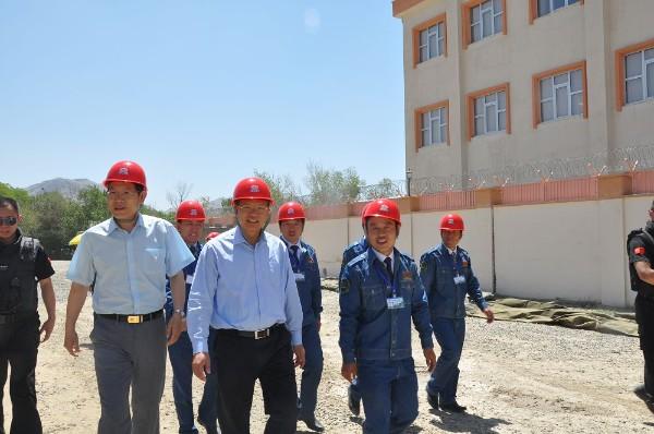 2012年6月中共国驻阿大使视察大学校舍援建项目.jpg