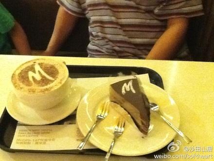 九龙塘AMC一部电影,麦记的一杯浓情朱古力及一块蛋糕,纪念这个Anniversary.
