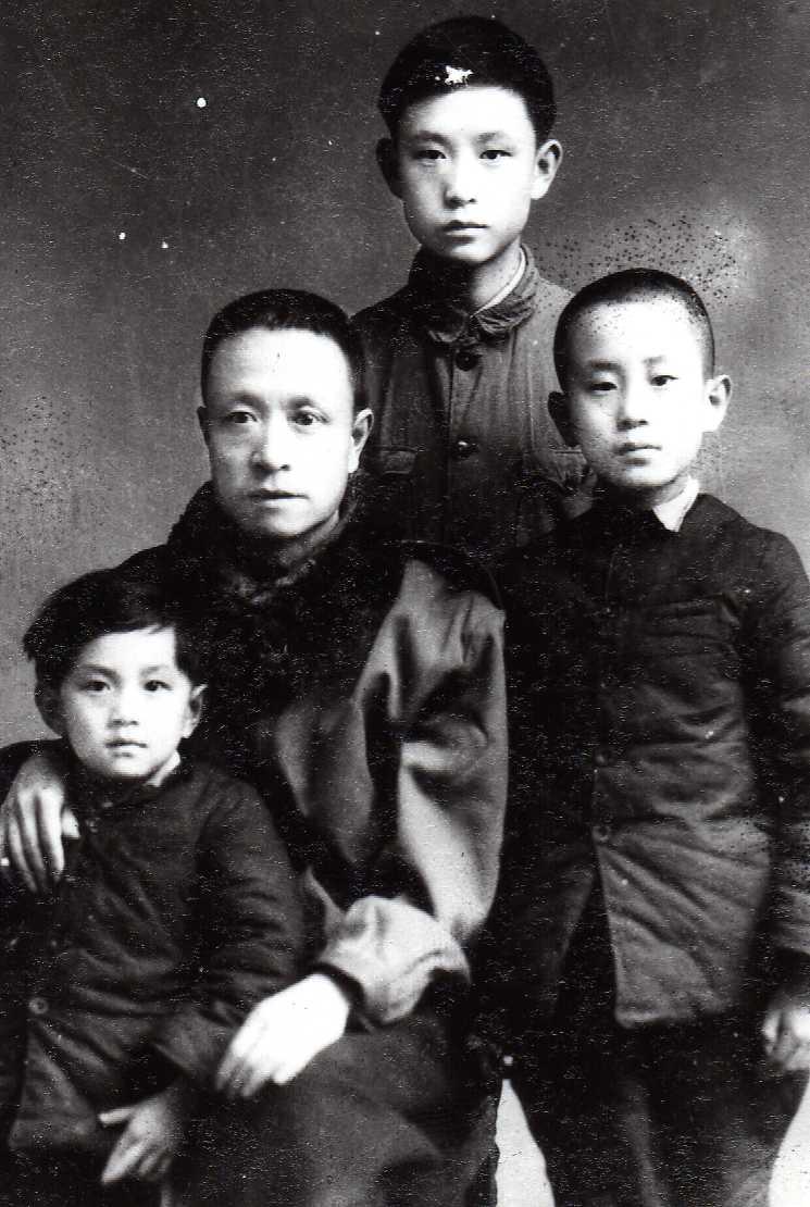 祖父和父亲、叔叔及姑姑1947年底在北京