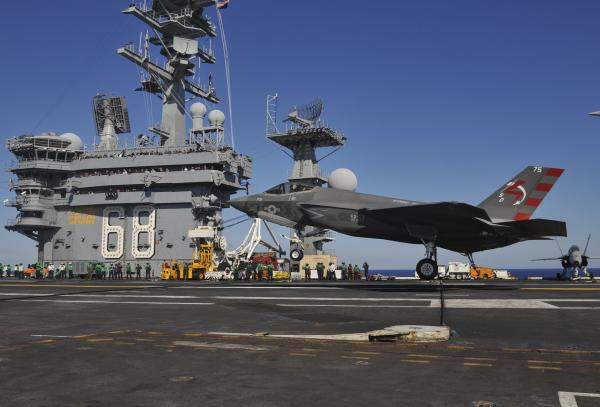F-35C_landing_on_USS_Nimitz_(CVN-68)_in_November_2014_(01).JPG