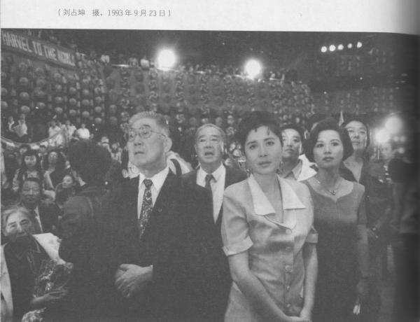 05年4月29日15时又6分-两党一小步,民族一大步之胡连握手.jpg