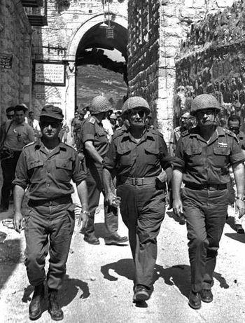 六日战争后,戴杨将军带着士兵来到哭墙前。.jpg
