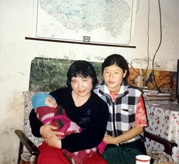 1998年达瓦的女儿那时刚出生不久.jpg