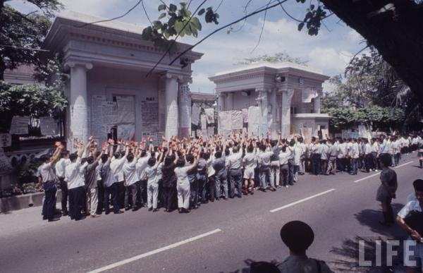 港督府被贴大字报并被抗议者包围 美国生活杂志.jpg