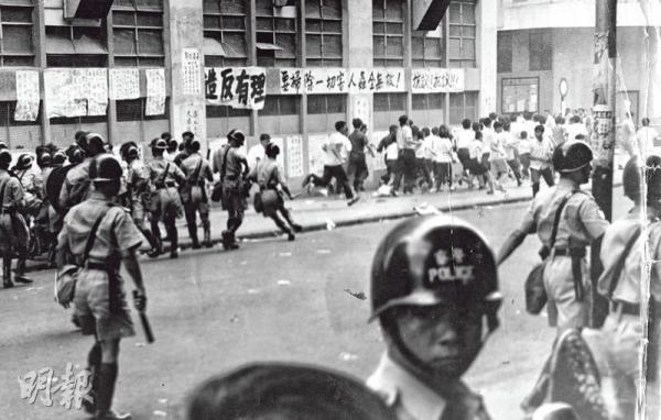 港警街头驱散民众.jpg