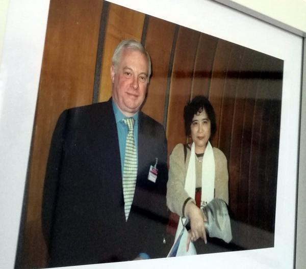 2000年在日内瓦联合国人权会议上与昔日港督彭定康合影.jpg