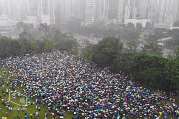 香港818反送中-时代革命冒雨大游行图.jpg