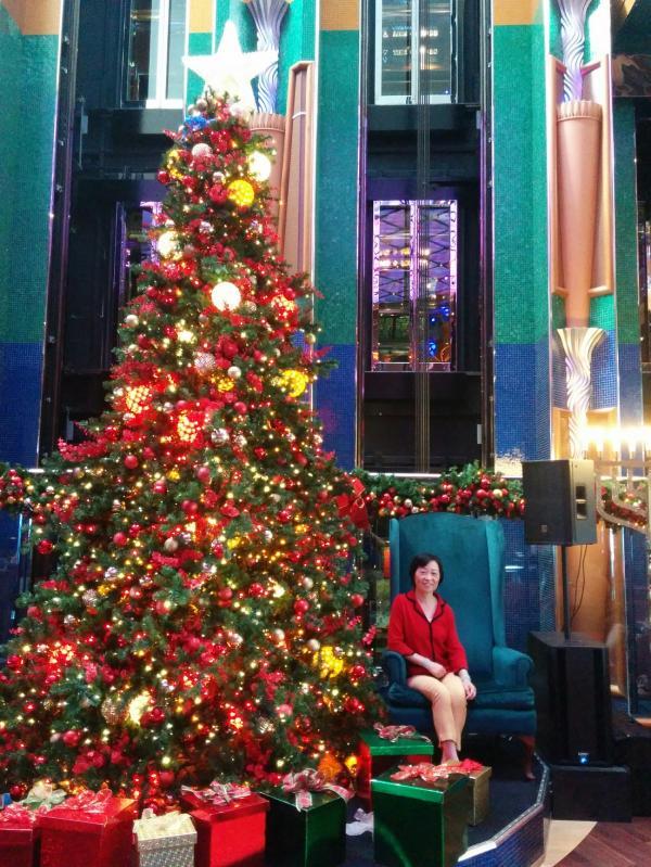 1-1 圣诞树 下留影.jpg