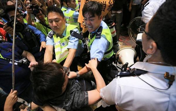 Police_force_in_Mong_Kok_20141122_75.JPG